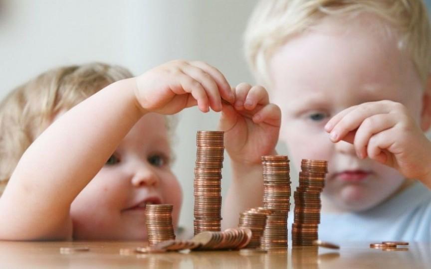 Începând de astăzi, indemnizația de îngrijire a copilului se acordă chiar dacă părinții muncesc cu program deplin sau se concediază