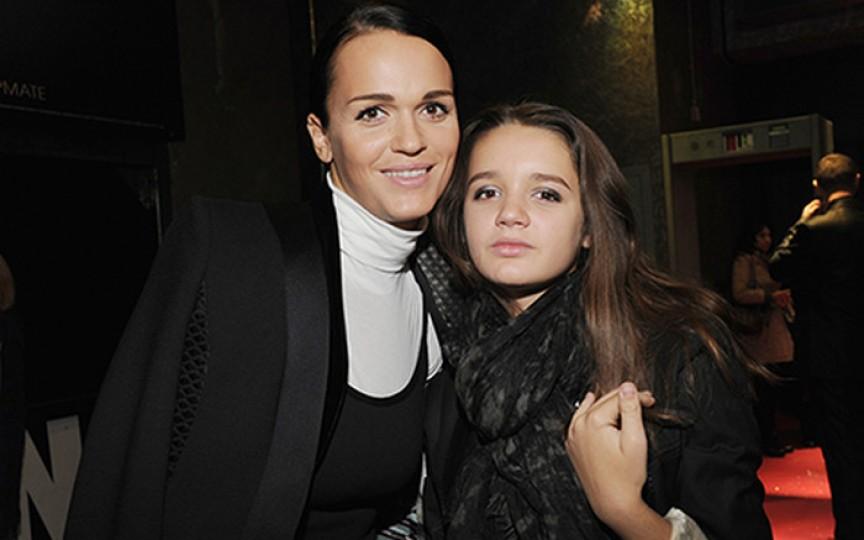 Fiica interpretei Slava s-a filmat într-un clip fierbinte alături de mama sa