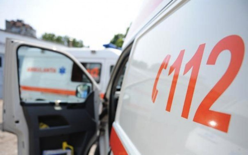 O fetiță de 4 ani a murit fiind strivită de mașina pornită întâmplător de fratele său mai mic
