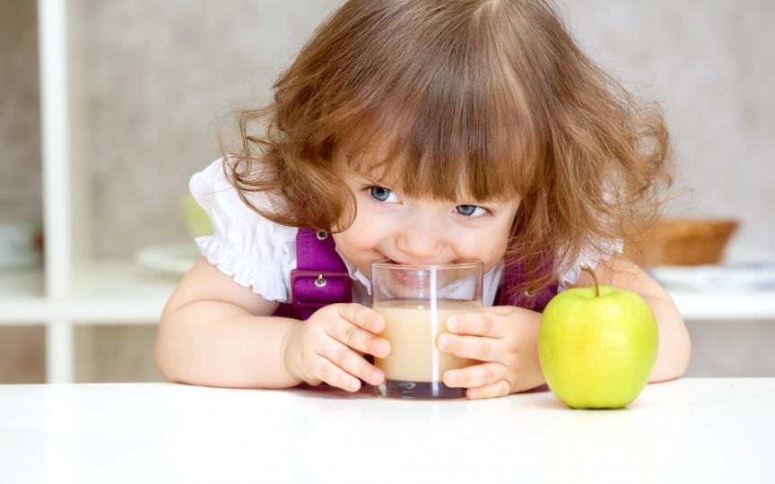 Medic nutriționist: Un pahar de suc proaspăt de fructe pentru copil este egal cu unul de bere
