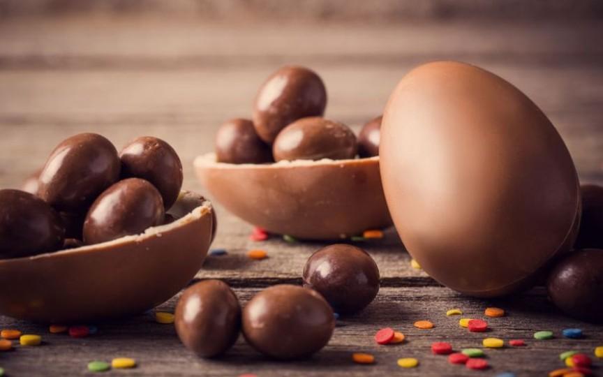 Ouă de ciocolată de Paște – rețeta ușoară pe care o poți face împreună cu copiii