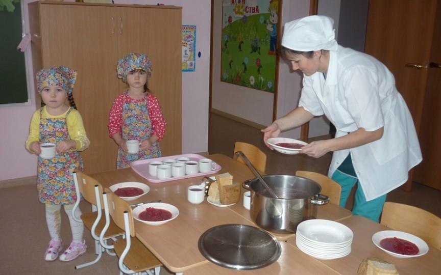 Încă o soluție pentru lipsa de bucătari în grădinițe - mâncarea să se transporte din licee