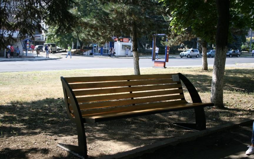 O mamă a donat o bancă locuitorilor din Chișinău, în memoria fiului ei