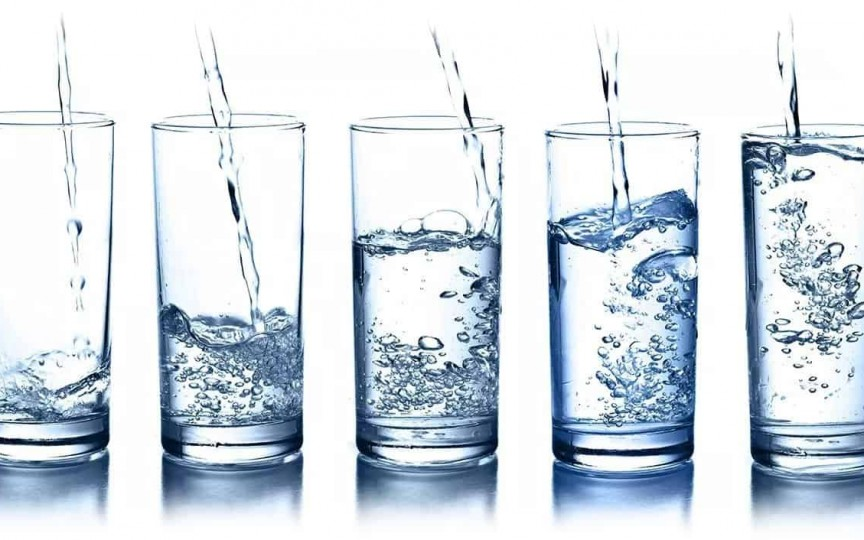 Câtă apă trebuie să bei zilnic ca să slăbeşti? Te înșeli dacă ai crezut că 2 litri!