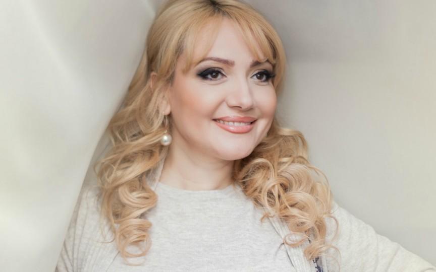 Adriana Ochișanu apare cu un bărbat după zvonurile că ar fi divorțat din nou