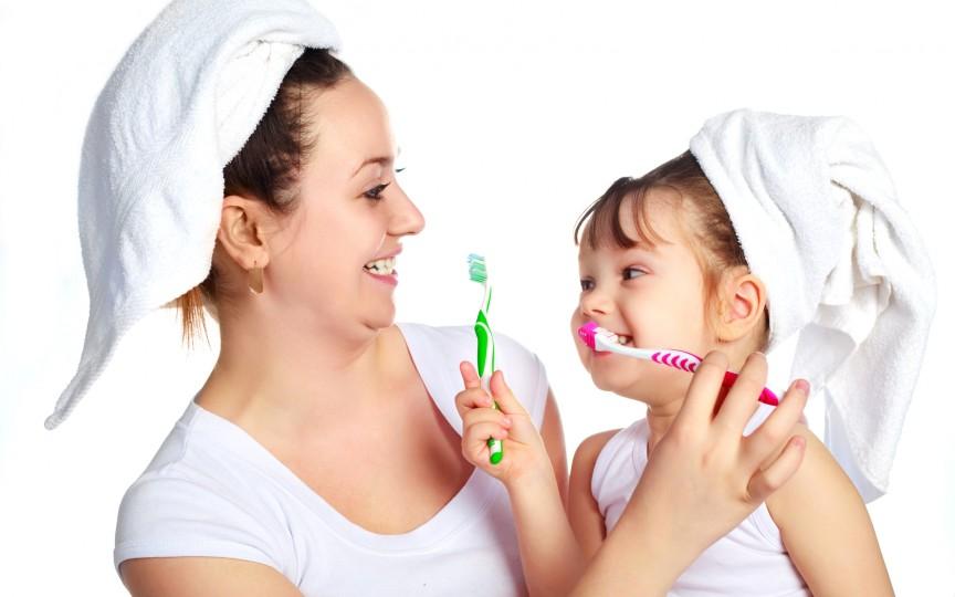 7 modalități de a-ți convinge copilul să se spele pe dinți