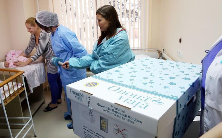 Guvernul nu mai oferă cutii cu produse la nașterea copilului, dar a majorat indemnizația unică cu circa 1600 de lei
