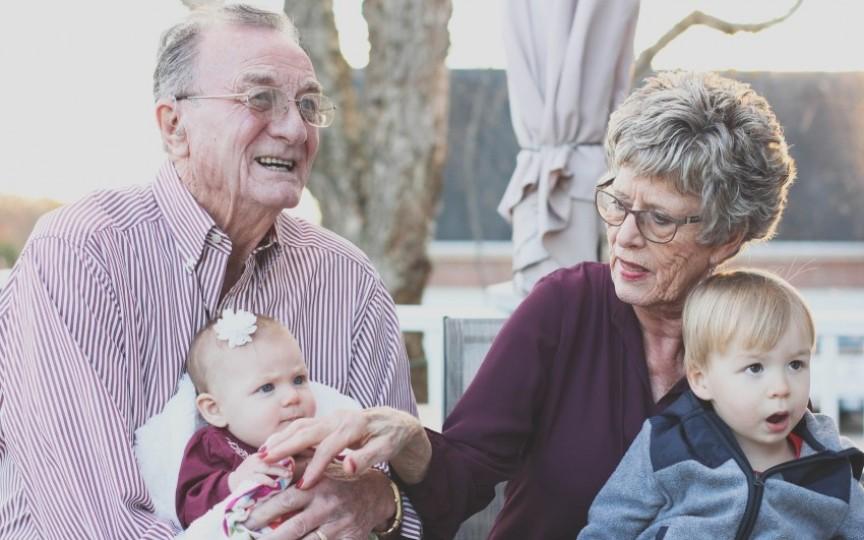 Copiii de care au grijă bunicii devin adulți mai împliniți