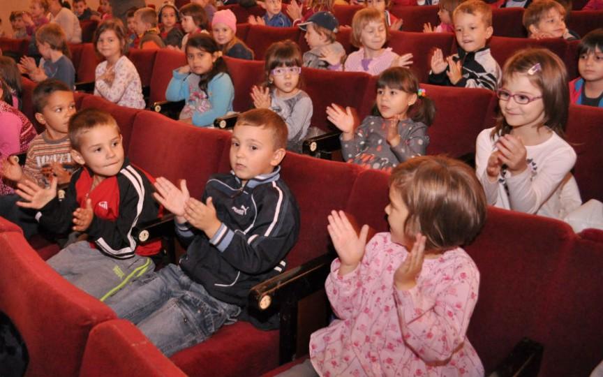 Căutați unde să mergeți cu copilul duminică? Teatrul Licurici are un spectacol frumos!