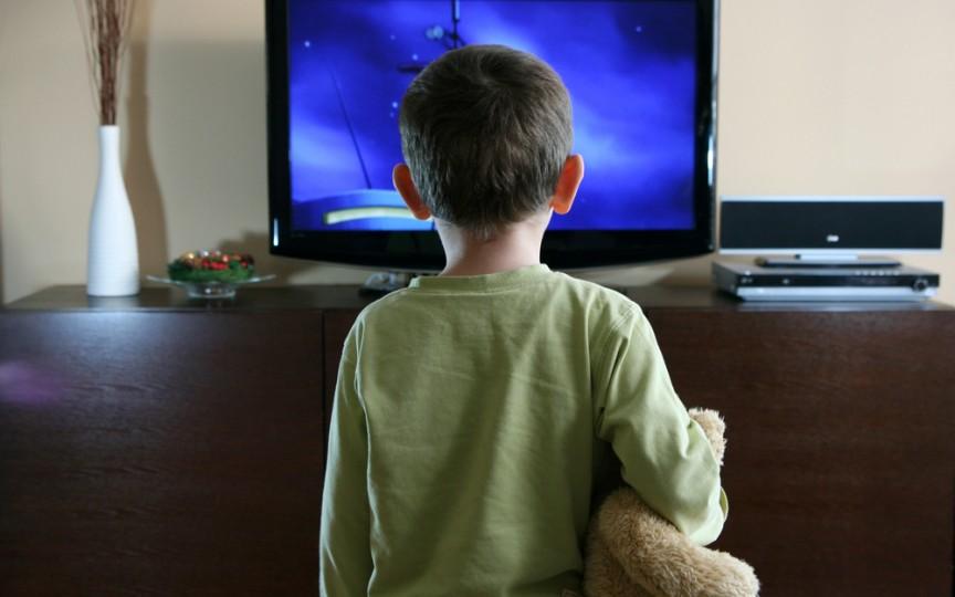 Nu vă uitaţi copiii în faţa televizorului