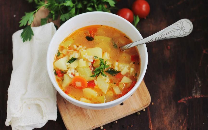 O rețetă recomandată iarna: ciorbă cu legume și orez