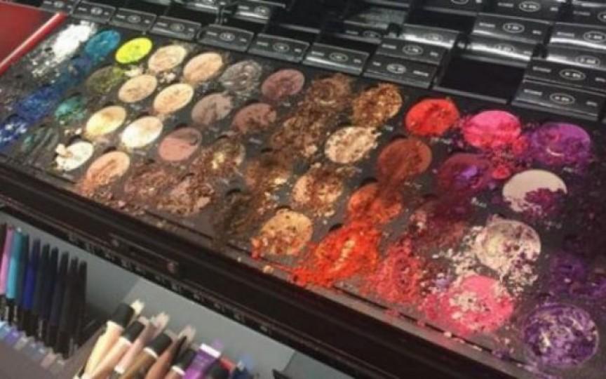 Joaca unui copil într-un magazin de cosmetice a provocat pagube de 1300 de dolari. Cum au reacționat proprietarii