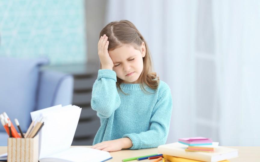 Durerile de cap la copii au cauze emoționale. Creștem o generație de copii stresați