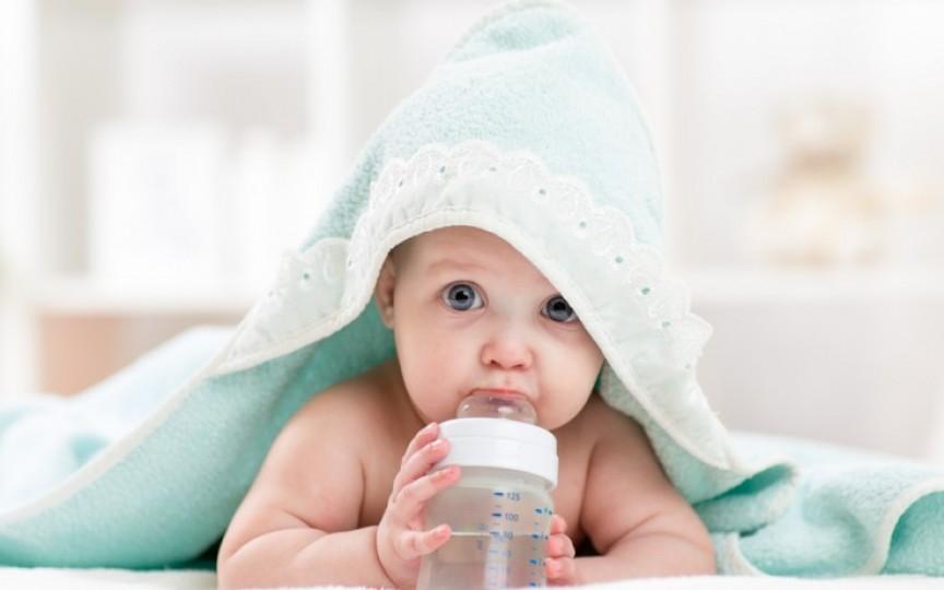 Copilul de până la 6 luni nu are nevoie de apă în dieta sa zilnică, în condițiile unei alimentații corecte