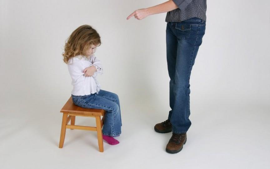 Psihologii şi pediatrii explică de ce televizorul, protecţia exagerată şi bătaia îi strică pe copii