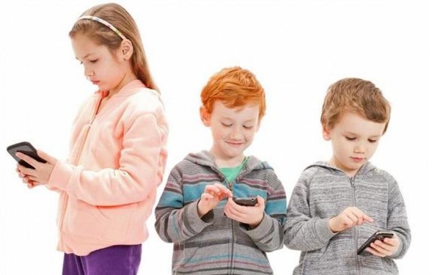 Noi recomandări ale OMS privind timpul pe care ar trebui să-l petreacă copiii în fața ecranelor