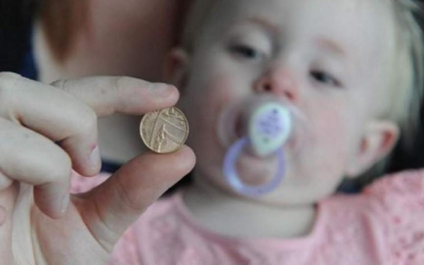 Avertismentul medicilor: Se atestă o creștere bruscă a numărului de copii care înghit monede, magneți și baterii