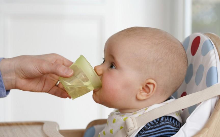 Reguli pe vârste cum să-i oferim apă copilului