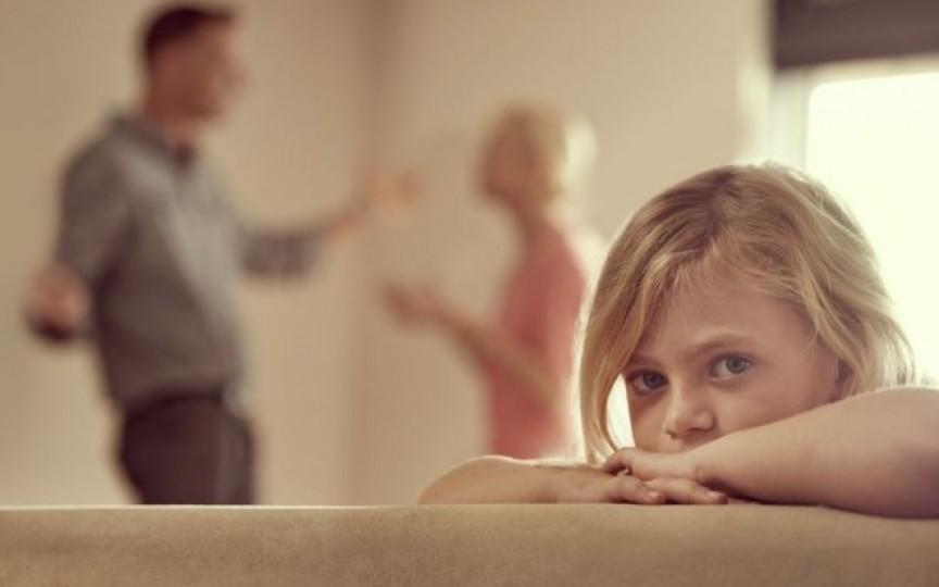 Cum îi afectează pe copii certurile părinților?