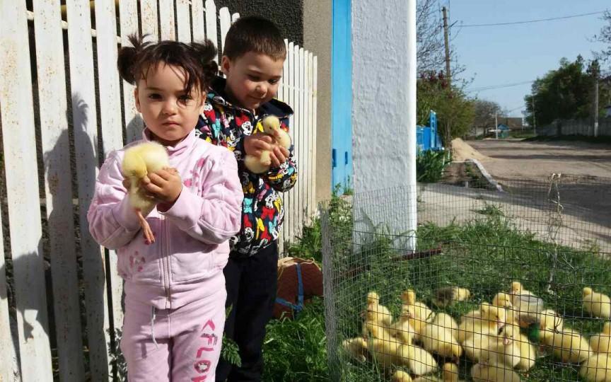 Trei copii rămași fără grija părintească au fost ajutați de participanții la Șezătoarea Mamelor