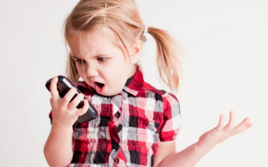 Ce trebuie să știi înainte să-i cumperi copilului un telefon mobil