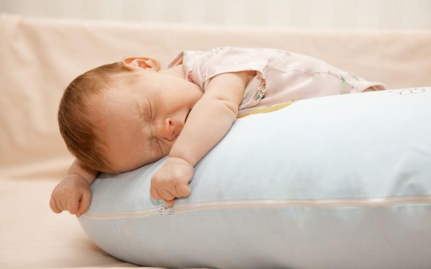Truc de adormit bebelușul în mai puțin de un minut