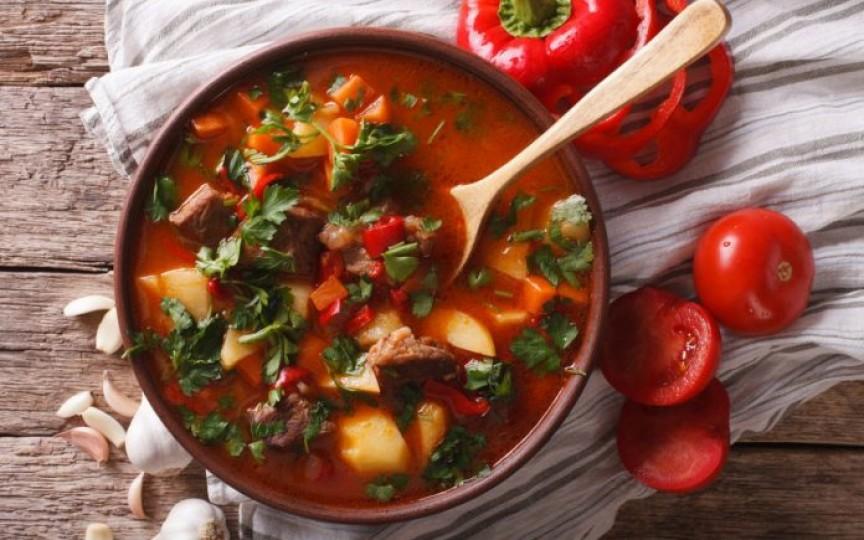Rețetă pentru un prânz delicios și sănătos: Ciorbă de vită cu sfeclă roșie