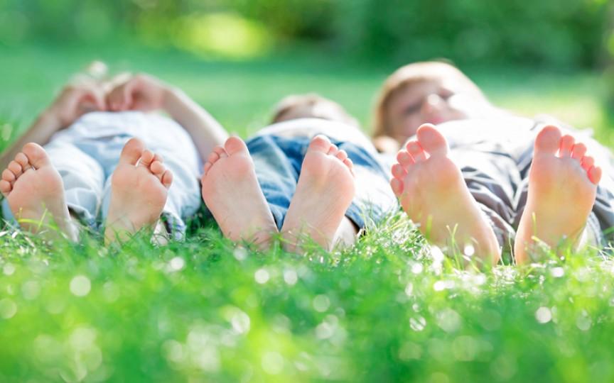 Mersul cu picioarele goale stimulează inteligența copiilor