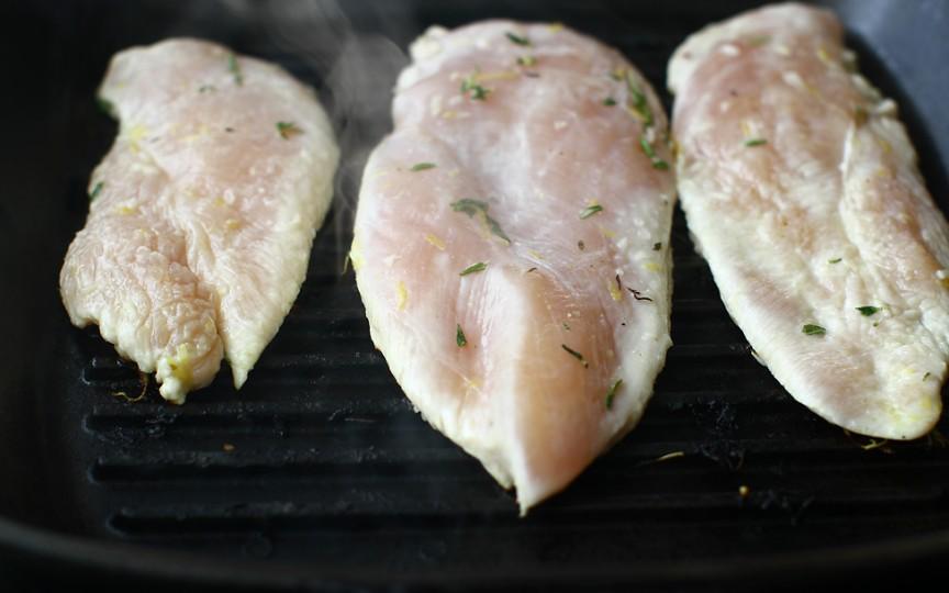 Vezi niște dungi albe pe carnea de pui? Ar fi bine să nu o consumi!