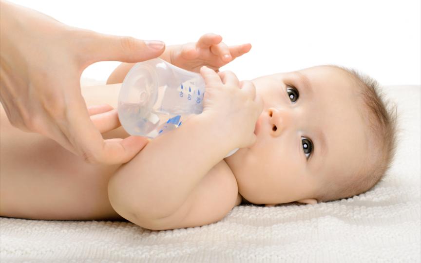 Află de ce sugarii NU trebuie să bea apă