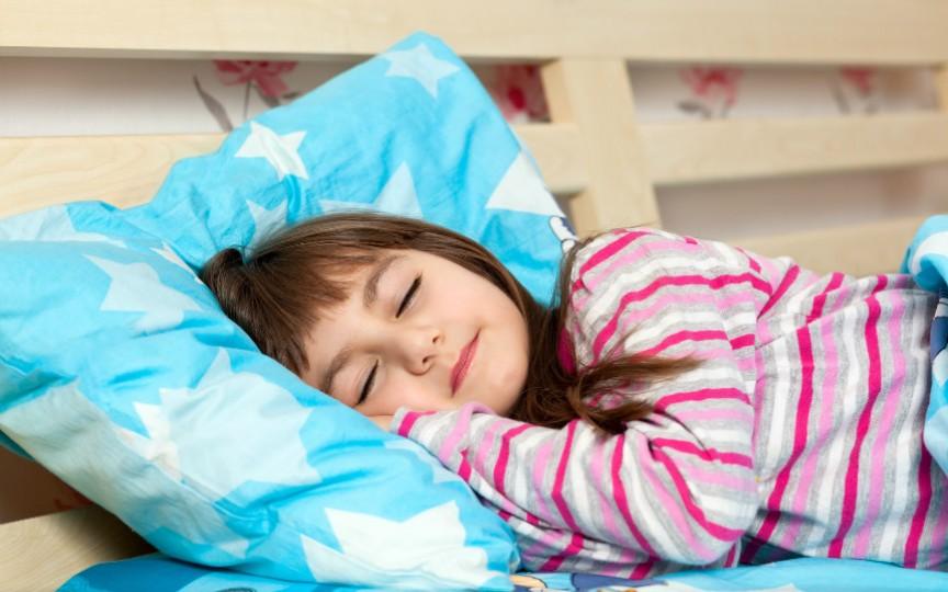 Cum acționăm în cazul în care copilul vorbește sau merge prin somn