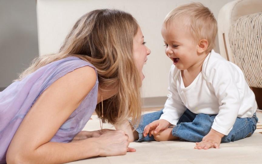 3 idei mai puțin obișnuite pentru stimularea limbajului la bebeluşi