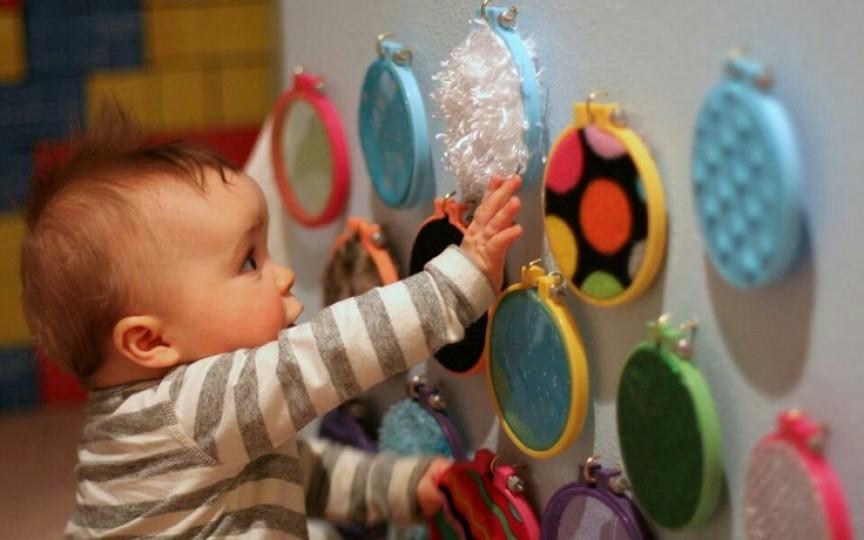 Cum să faci o tablă senzorială pentru copilul tău