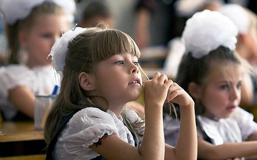 Copiii care merg în clasa întâi vor primi câte un abecedar. Autoritățile au procurat 34 de mii de cărți