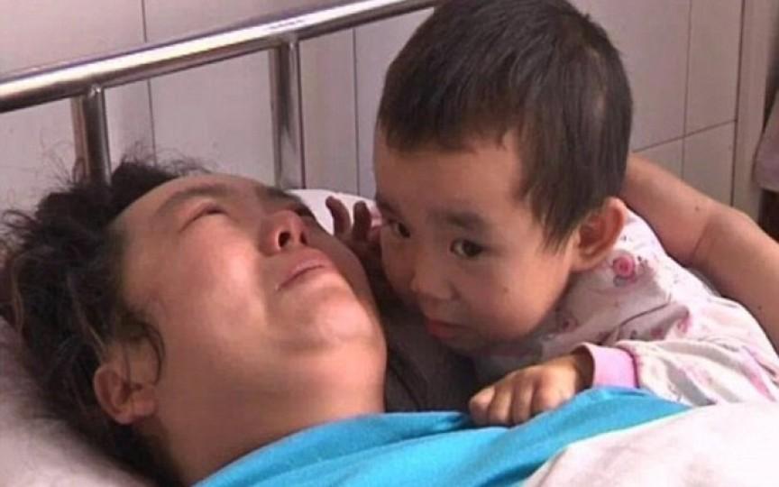 Are doar 3 ani şi îngrijeşte de mama sa