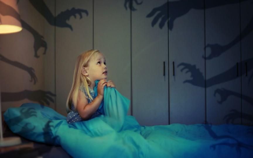 Sfatul specialistului: Cum ajutăm copilul să depășească frica de întuneric
