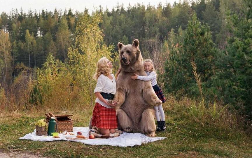 Senzațional: O mamă împreună cu fiica s-au fotografiat în compania unui urs adevărat