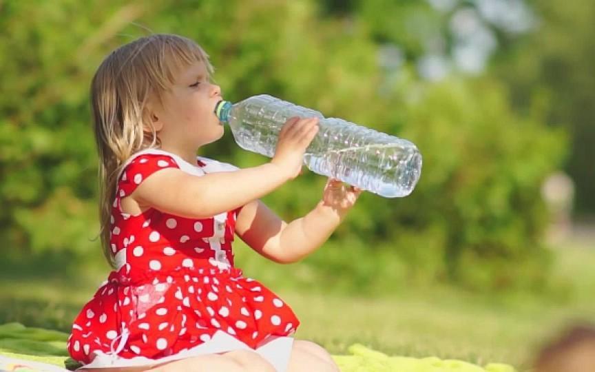 Hidratează corect copilul vara! Câtă apă trebuie să bea în funcție de vârstă și greutate