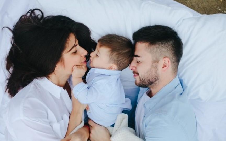 Studiu: În primul an de viață al copilului, părinți pierd 44 de zile de somn