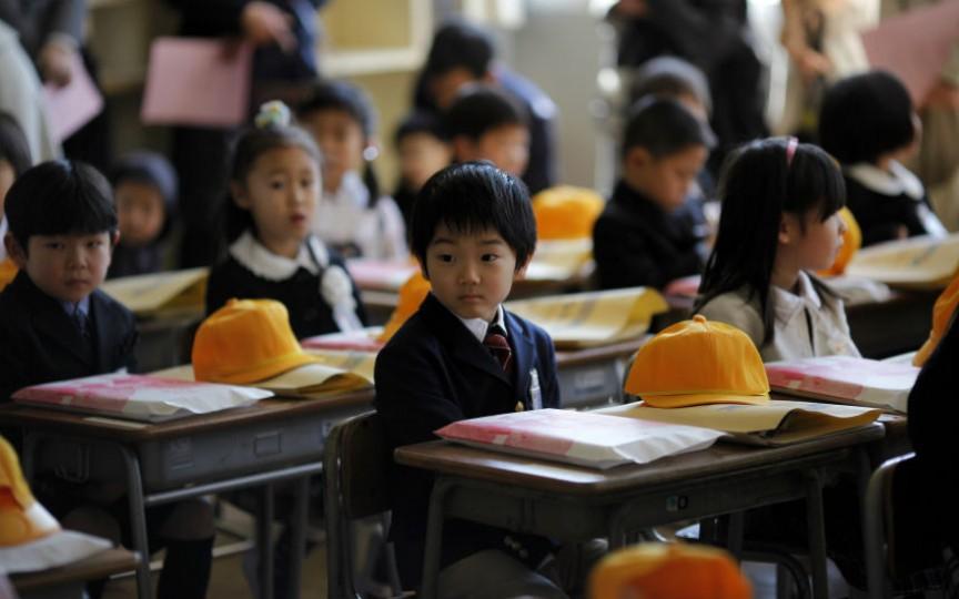 În Japonia nu sunt telefoane mobile în școală, iar elevii nu întârzie niciodată la ore