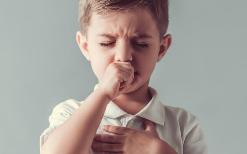 Cum ameliorăm tusea la copii fără a apela la antibiotic – sfaturi de la medic pediatru