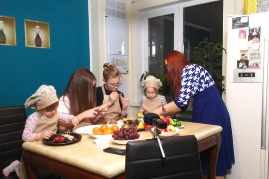 (VIDEO) Copiii interpretului Aurel Chirtoacă mânuiesc cu ușurință cuțitul și tocătorul