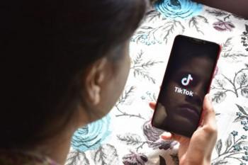 Aplicația Tik Tok le poate pune copiilor viața în pericol: pedofili, clipuri vulgare, provocări foarte riscante!