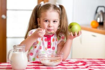 Alimentele sănătoase versus alimentele nocive pentru dantura copiilor
