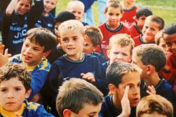 La 7 ani lua autografe de la campionii mondiali la fotbal, iar în 2018 singur a atins această performanță